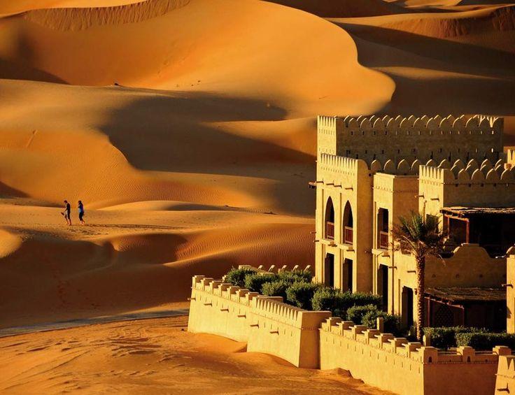 Emiratos Árabes. Mar de arena Este resort en medio del desierto de Liwa está lleno de embrujo. Con solo echar un vistazo a la imagen te darás cuenta de que vas a pasar a otra dimensión. Dunas kilométricas, paseos en dromedario o rutas en 4x4 te aguardan. La aridez del exterior se olvida al entrar en este oasis donde reina el lujo de forma superlativa. Prueba la Desert Romance (530 euros), un paquete para parejas que ofrece dos noches, desayunos bufé, una cena en medio del desierto, botella…