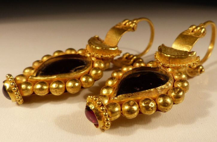 dating medieval rings A wedding ring or wedding band is a finger ring that indicates that its the earliest examples of wedding rings are from ancient relics dating to 6,000 years.