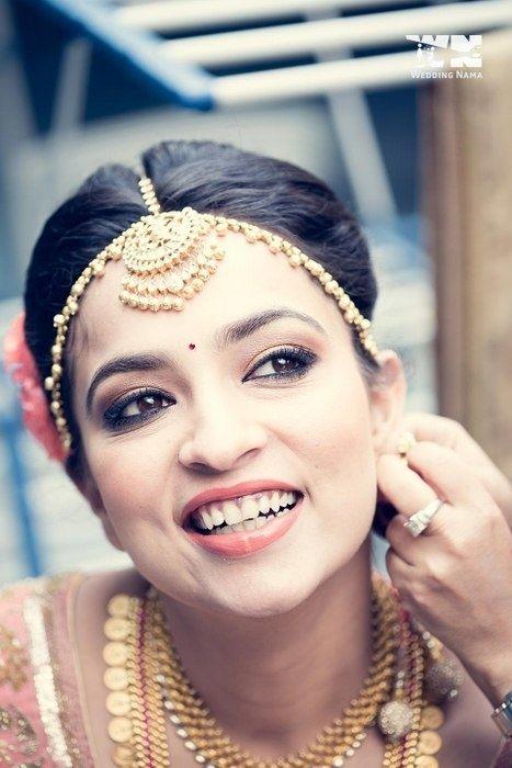 Beautiful Gold Maathapatti and Maang Tikka | WedMeGood Find Much More Wedding Jewellery on wedmegood.com #wedmegood #maangtikkas