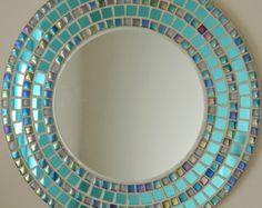 Con más de 40 originales diseños en mi colección, asegúrese de echar un vistazo. cada espejo también es cantada y fechada en la parte posterior por mí mismo, una paz original de obra de arte.  Este hermoso espejo ha sido todo hecho a mano por mí mismo usando la más alta calidad de materiales, azulejos y lechada en el mercado.  La espalda del espejo acabada en una pintura de seda blanca crujiente y provista de un doble anillo en D y fuerte imagen marco alambre listo para colgar de inmediato…