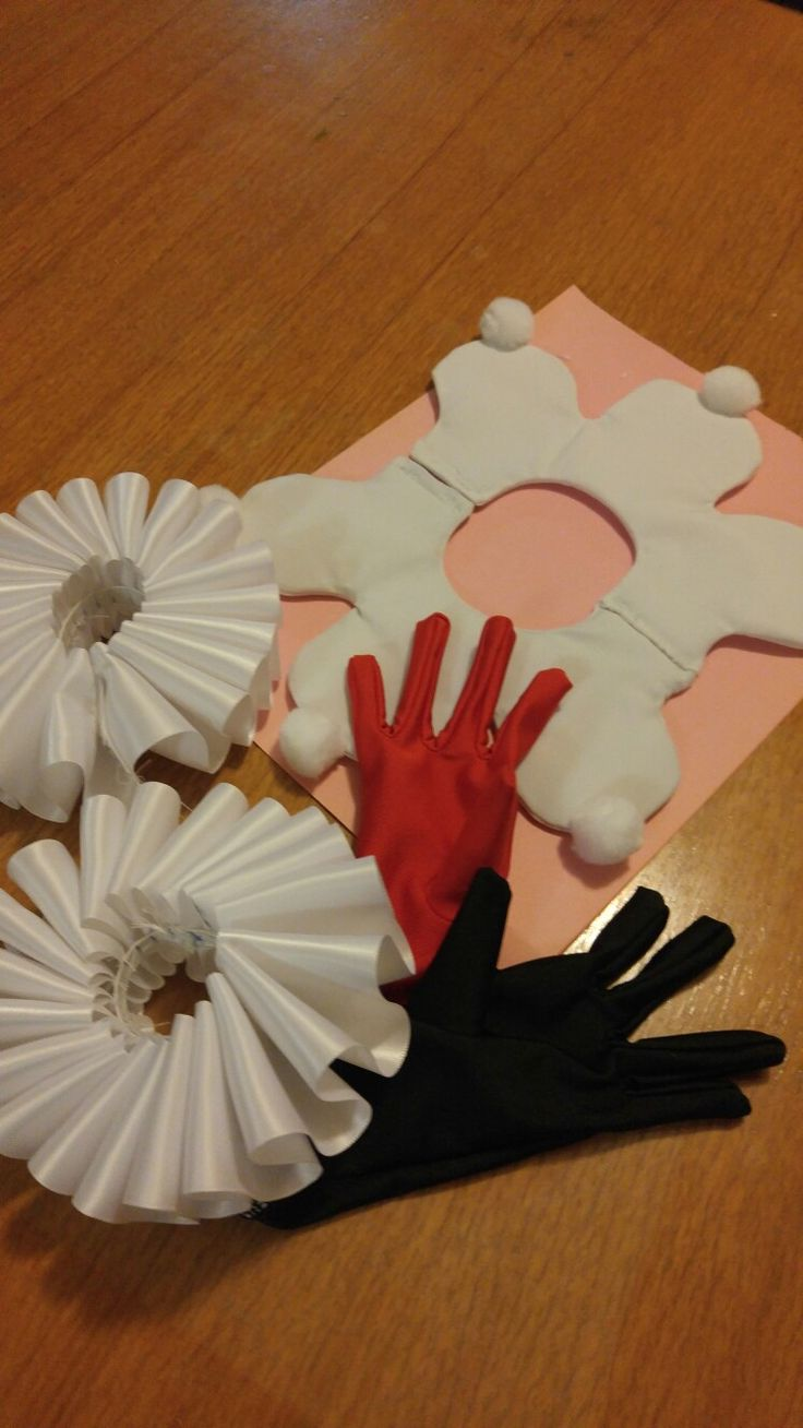 Harley Quinn handmade items. Gloves,cuffs and collar. Cheap and easy! Looks great