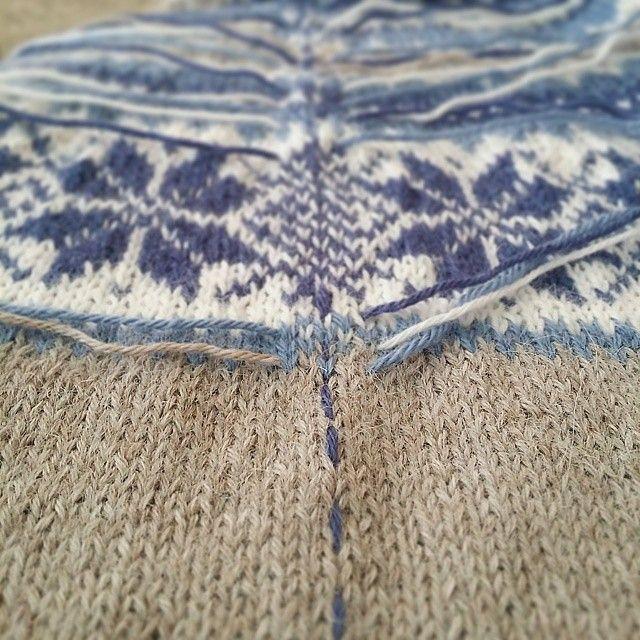 ~ I kveld skal symaskinen frem for nå har jeg gjort kofta klar her er det søm og trådfesting på en gang. Gjør du det slik? Dette er genialt, i hvert all for oss som ikke synes trådfesting er så artig |My way of preparing for Some sewing #knittinglove #strikking #knitting #sandnesgarn #alpakka #nancykofte #diy #knit #knittersofinstagram #instaknit #inlove #inspiration #knits #diy #strikkemamma #ego #egostrikk