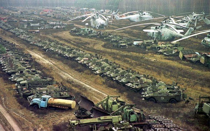 Le cimetière des véhicules fortement contaminés par les radiations, à proximité de la centrale nucléaire de Tchernobyl, le 10 novembre 2000. Quelques 1.350 véhicules, hélicoptères militaires, autobus, bulldozers, camions-citernes, camions de transport, camions de pompiers et des ambulances ont été utilisées après le 26 avril 1986, date de l'accident nucléaire de Tchernobyl. Tous ont été irradiés pendant la opération de nettoyage. (Photo AP Lukatsky Efrem /)