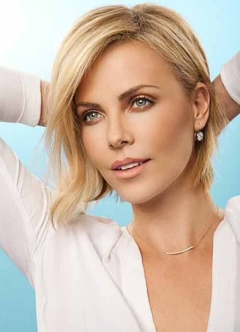 Charlize Theron Charlize Theron Cheveux courts ondulés