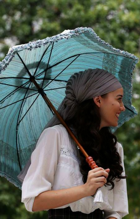 "Fahriye Evcen in ""Çalıkuşu"" TV Series 2013/201 I like the bandana type scarf she's wearing around her head while at the same time she's letting her hair down in front. It looks really cute!"