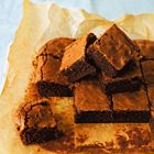 Brownies van pure donkere chocolade. Gemaakt met 85% cacao-chocolade iig erg lekker.