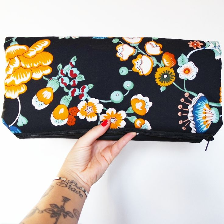 "Image of Clutch ""pretty fashion"" in cotone nero e grandi fiori arancio e foglie"