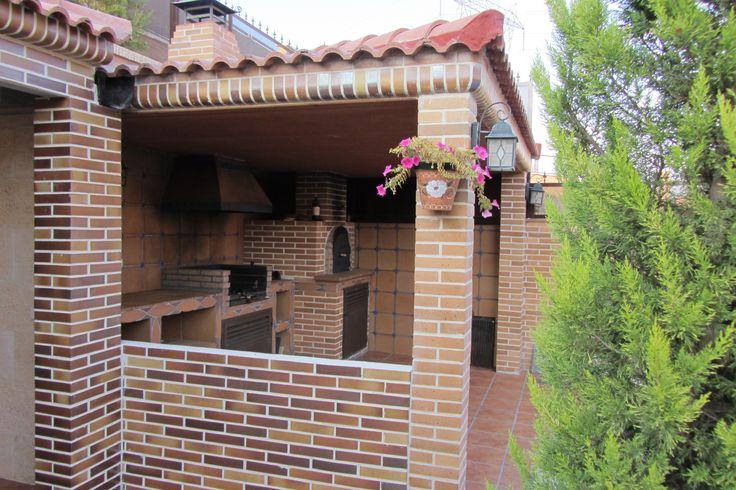 Con ladrillo visto y tejado de teja semi cerrada - Tejados para pergolas ...
