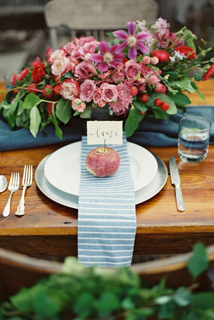 Let fall wedding tablescapes inspire your Thanksgiving table decor! Modern and pretty table decor with pink u0026 red flowers. & 78 best Harvest Table Decor images on Pinterest | Centerpieces ...