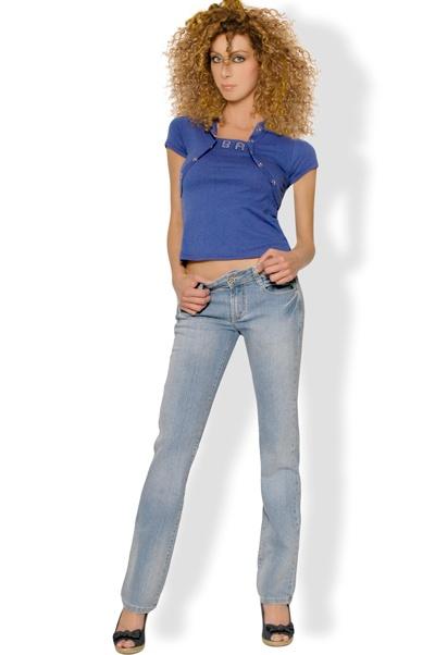 Abbigliamento da Donna  http://www.abbigliamentodadonna.it/jeans-pantalone-donna-vita-bassa-p-73.html Cod.Art.000270 -      Jeans pantalone da donna a vita bassa in cotone elasticizzato, impreziosito nella parte posteriore dall'inserimento di luccicanti brillantini stile swarovski.