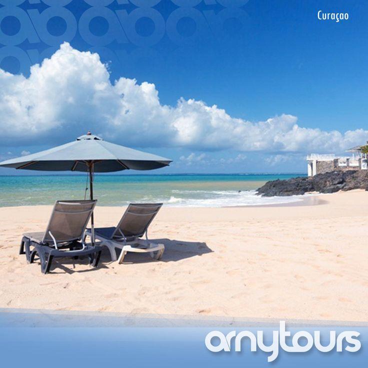 Curaçao tiene más de 35 reconocidas playas que te ofrecen una variedad de opciones para tomar el sol, jugar en la arena y practicar surf. Algunas son playas pequeñas en ensenadas rodeadas por acantilados enormes, mientras que otras son extensos tramos de arena aislados por la naturaleza o llenas de actividades.