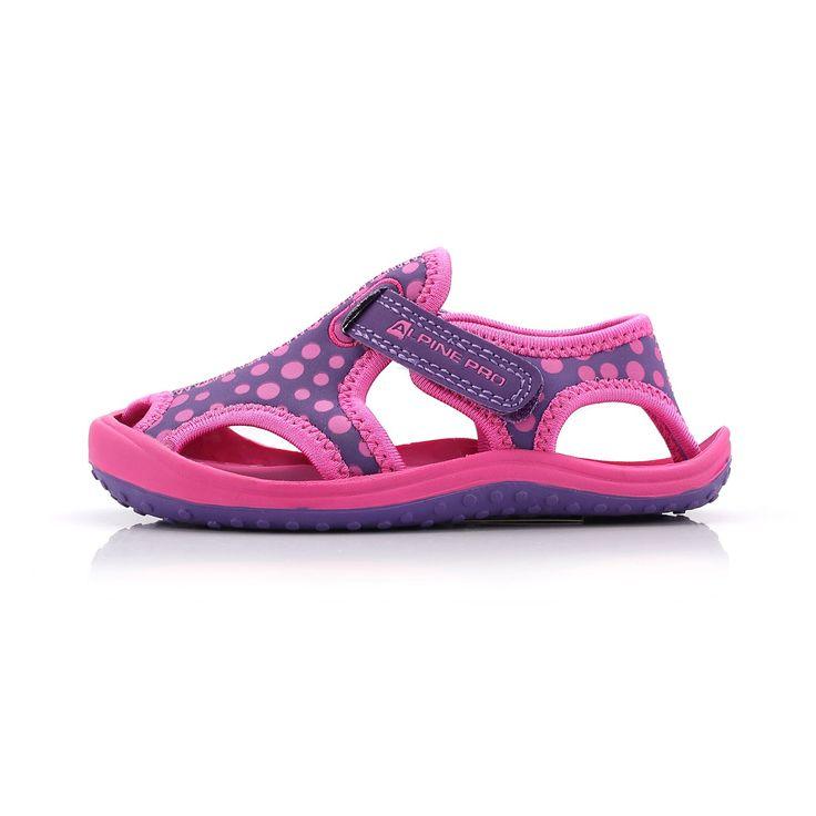 Krásné dětské látkové sandály PUNITA jsou vyrobeny z kvalitních materiálů v kombinaci syntetiky a textílie s podešví TPR, která tlumí nárazy. Tyto sandále můžou děti využít při lehké turistice, ale i při pobytu u vody.