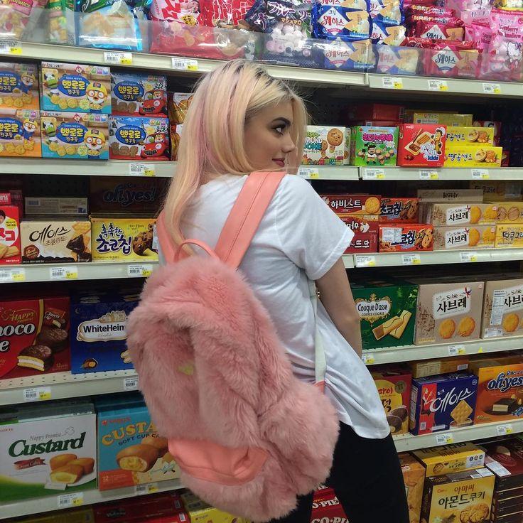 Queria uma mochilinha dela , acho superrr fofa !!