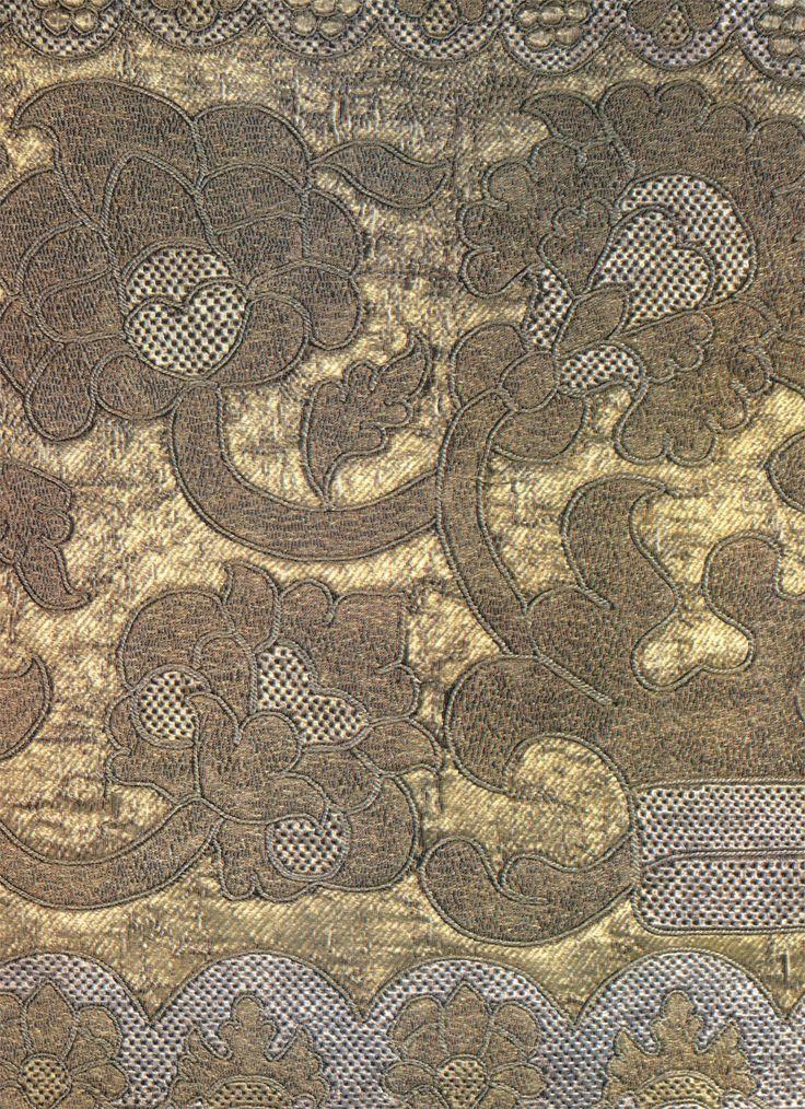 Оплечье фелони. Деталь. Конец XVII - начало XVIII в. Шитье золотными, серебряными прядеными нитями и серебряным шнуром. Сплошное золотое шитье в прикреп по холсту. 41х85. PT-16202. Поступило в 1954 г. из ОИЗЕИ ГЭ
