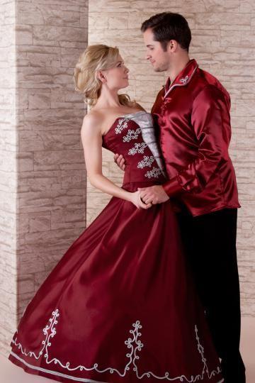 235-91 bordó magyaros menyecske ruha, hosszú szoknyával, ezüst zsinóros díszítéssel. Az újember ing a menyecske ruhához illő zsinórral lett díszítve.