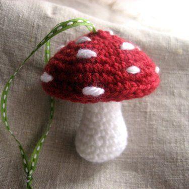 Seta de ganchillo. Es la típica de sombrerito rojo con pintas blancas donde viven gnomos y pitufos. Es una monada.