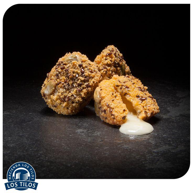 Camembert frito con corn flackes y semillas. #Recetas #Gourmet http://www.lostilos.cl/recipes/camembert-frito-con-corn-flackes-y-semillas/