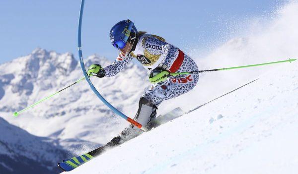 Slovenským lyžiarkam sa darilo v 1. kole sobotňajšieho slalomu na 44. MS v alpskom lyžovaní vo švajčiarskom St. Moritzi. Veronika Velez-Zuzulová sa usadila na treťom mieste so stratou 59 stotín sekundy na líderku Mikaelu Shiffrinovú z USA.