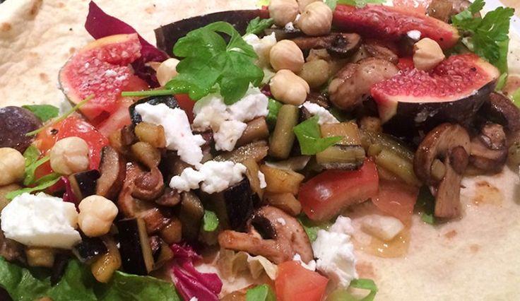 Vegetarische wraps met aubergine, vijgen, champignons, geitenkaas, tomaat, sla, hazelnoten, peterselie en honing