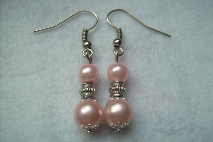 Rózsaszínű tekla gyöngyös fülbevaló. Ára: 170.-Ft.