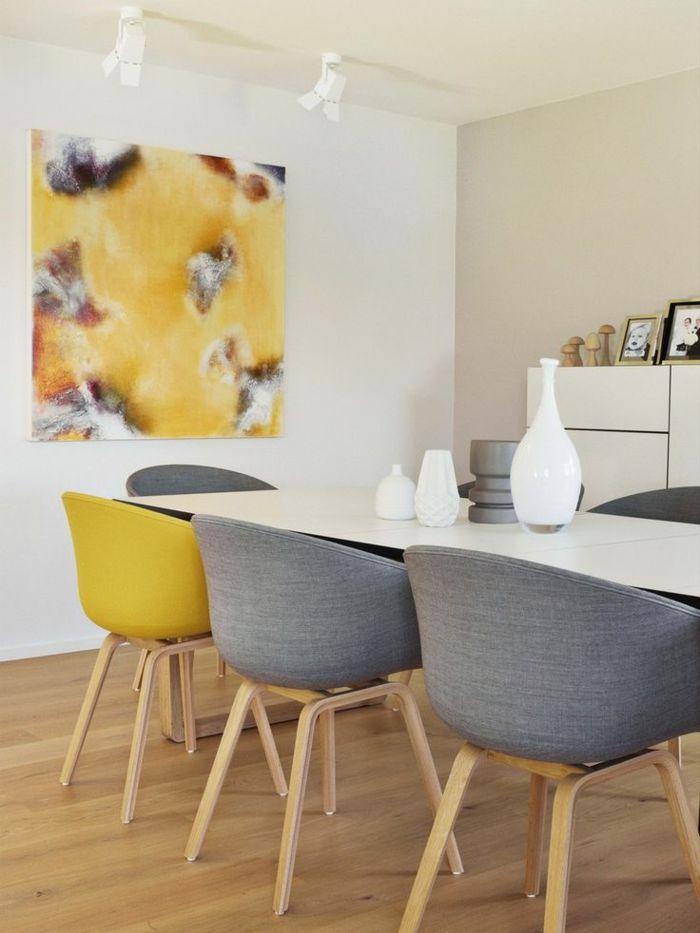 gemütliches-Esszimmer-moderne-Sessel-gelb-grau-mahlerisches-Bild