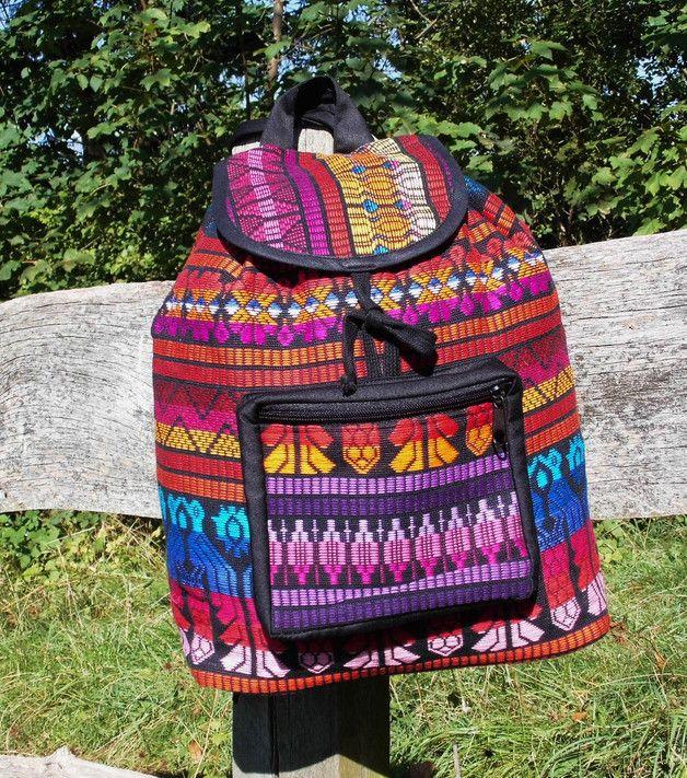 Ethnische Handarbeit in traditioneller Machart,Muster und Material  Lässiger Bohemian Style Rucksack von NEWMEXICAN ...im farbenfrohen Ethno Azteken Mustermix gewebt Als Verschluß dient ein...