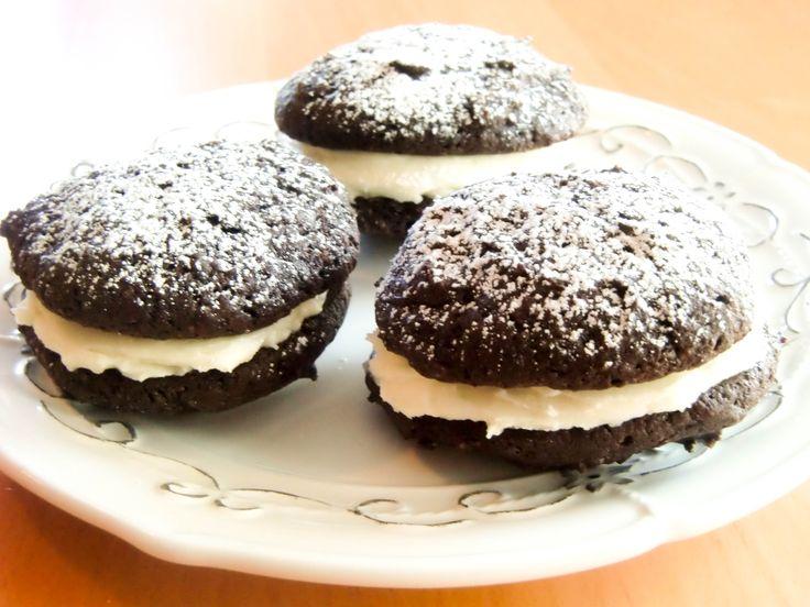Whoopie Pies er myke kaker som kan settes sammen to og to med ulike typer krem i mellom. An American classic!
