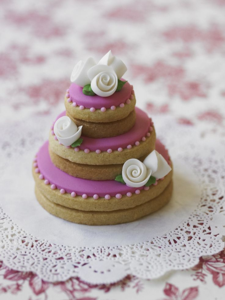 #CakeDecorating Fabulous #Wedding Cake #Cookie stacks! Pretty with dainty white ribbon roses! #LearnWithUs #Issue21