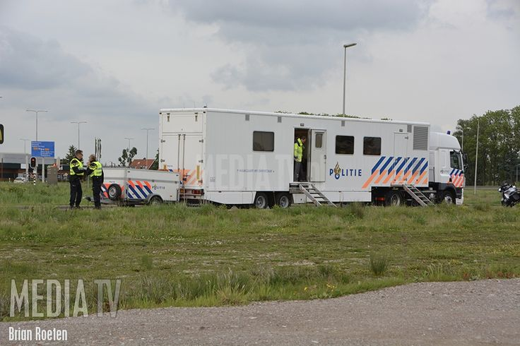 19-5-2017 - Vrijdag hebben meerdere diensten hun tenten opgeslagen aan de Zoetermeerselaan in Bleiswijk. Dit vanwege een grote verkeerscontrole waarbij politie, Douane, RDW, en Belastingdienst betrokken zijn. Deze controles leveren voor alle diensten een bijdrage in hun specialiteit van werk.De weggebruikers worden gescand door voertuigen in de omgeving van de controleplaats. Mocht er iets mis zijn met een voertuig, wordt deze opgepikt door een motoragent, en begeleid naar de contro...
