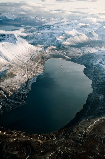 Longyearbyen//Longyearbyen est la capitale administrative du Svalbard au nord de la Norvège et compte à peu près 2 115 habitants en 2015. Wikipédi