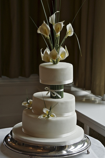 calla lily wedding cake by allertadele, via Flickr  Don't forget personalized napkins to go with your gorgeous cake! #wedding #cake www.napkinspersonalized.com