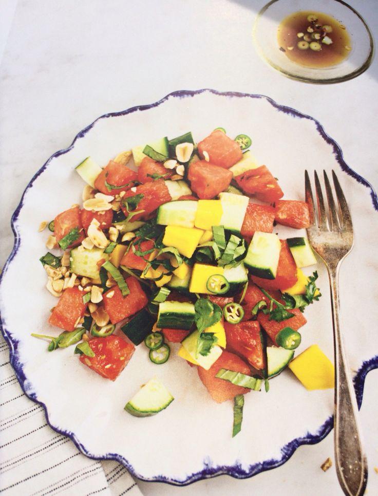 Salade met komkommer watermeloen & basilicum uit love and lemons gemaakt in mei 2016 veel werk wel lekkere zomerse salade