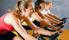 Seja pedalando nas ruas ou numa ergométrica, o treino com bicicleta ajuda a perder as gorduras da re... - Getty Images