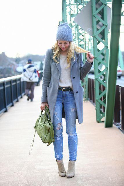 Den Look kaufen: https://lookastic.de/damenmode/wie-kombinieren/mantel-pullover-mit-rundhalsausschnitt-enge-jeans-stiefeletten-shopper-tasche-muetze-guertel/4374 — Graue Mütze — Hellbeige Pullover mit Rundhalsausschnitt — Schwarzer Ledergürtel — Grauer Mantel — Grüne Shopper Tasche aus Leder — Blaue Enge Jeans mit Destroyed-Effekten — Graue Wildleder Stiefeletten