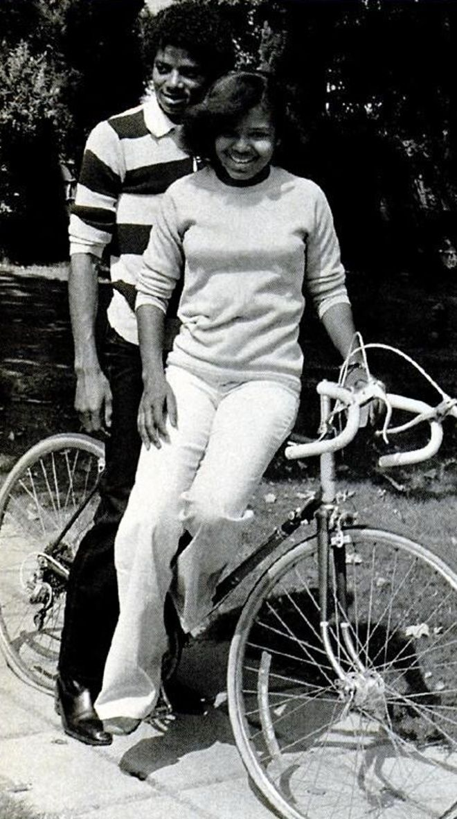 Janet Jackson & Michael Jackson at the family home in Encino, Californie.