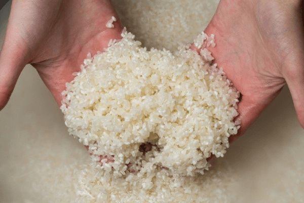 お米のとぎ汁乳酸菌♪♪ ・米のとぎ汁 500ml(使う米の種類は、玄米でも白米でも、分つき米などなんでもOK) ・塩 小さじ1 ・砂糖(黒糖やきび糖など精製されていないものがいい) 小さじ2~4 ・ペットボトル 作り方 ① お米をとぐ。お米の汚れやごみを取り除く為に、水を注いでサッと流す。その後、ゴシゴシとといでお水を加えて軽くこすり合わせるようにして、米ととぎ汁を分ける。乳酸菌を作るときは、とぎ汁が濃い方がいいので、一番最初のとぎ汁がベスト。足りないようなら、2回目くらいまでならOK。 ② きれいに洗ったペットボトルに、とぎ汁と塩、砂糖を入れて良く混ぜる。 ③ 常温で数日~1週間ほど置いておき、乳酸発酵させる。必ず1日1回蓋を開けてガスを抜く。そして、ペットボトルを振って混ぜるようにする。 ④ 蓋を開けるとプシュと炭酸飲料の様な音がして、甘酸っぱい香りがするようになれば完成。もし変な臭いがしたら、雑菌が繁殖してしまっているので、残念ですが捨てて作り直しましょう。 使うお米は出来るだけ、無農薬や減農薬などが乳酸菌が繁殖しやすいが、普通のお米でもできなくはないようです。
