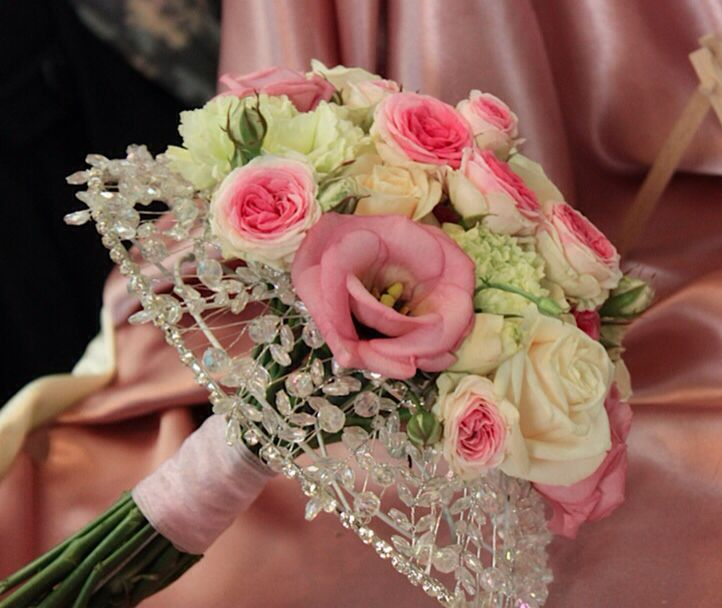 Crystal framed bouquet with Mimi Eden spray Roses, Vendela Roses and Lisianthus