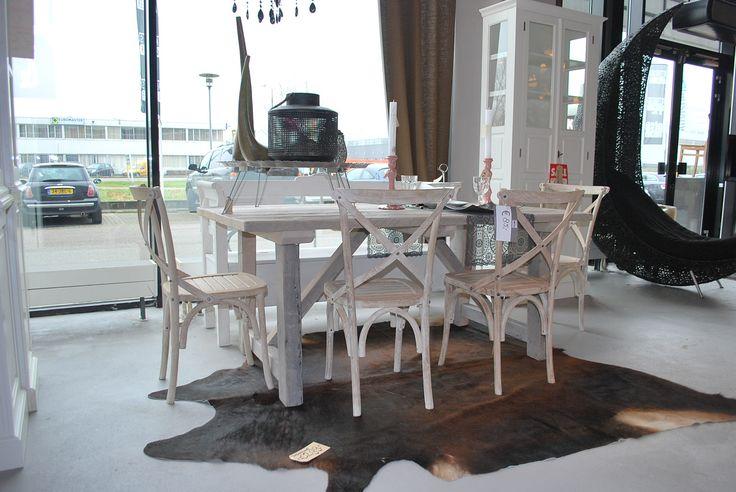 Meer dan 1000 idee n over houten stoelen op pinterest stoelen oude houten stoelen en kinderen - Oude tafel en moderne stoelen ...