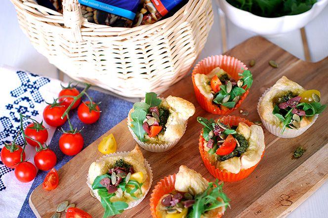 Pestoknyten till picknicken  Dessa pestoknyten är perfekta att packa ner i picknickkorgen! Förbered formarna hemma och fyll knytena på picknickplatsen. Fungerar förstås lika bra som ett enkelt drinktilltugg eller på vårbuffén.