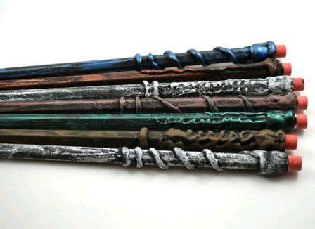 Волшебная палочка изготавливается не только из ветвей дерева, но из обычных материалов. Смастерить палочку с волшебством из карандаша очень просто.