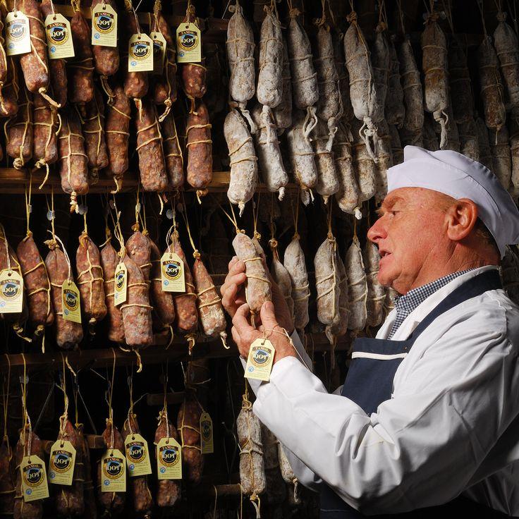Salame de Tandil Denominación de Orígen (D.O.T.) Hugo Cagnoli controlando la calidad de los productos durante su estacionamiento en el secadero.