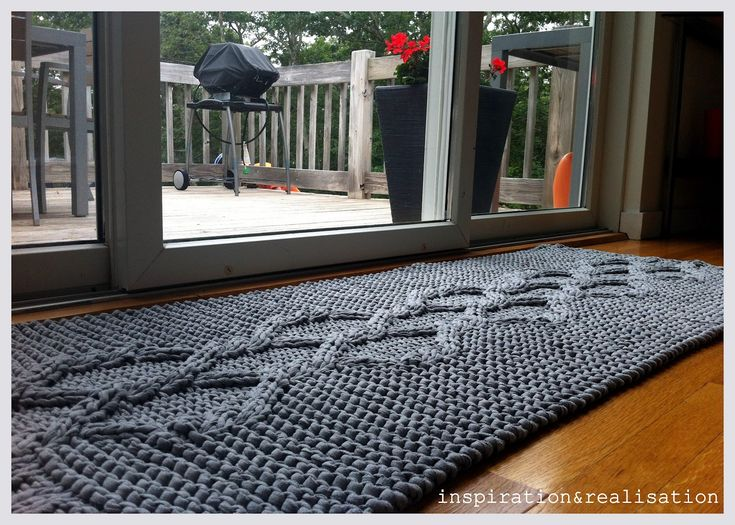 inspiration and realisation: DIY fashion blog: DIY giant knitted rug made from t-shirt yarn <3