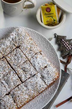 I quadrotti cioccolato noci e cannella sono dei dolcetti soffici e speziati, pieni di pezzetti di cioccolato e noci, ideali da servire con il tè o il caffè.