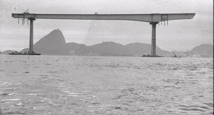 Construção da Ponte Rio-Niterói: um dos módulos ao fundo com o Pão de Açúcar ao fundo