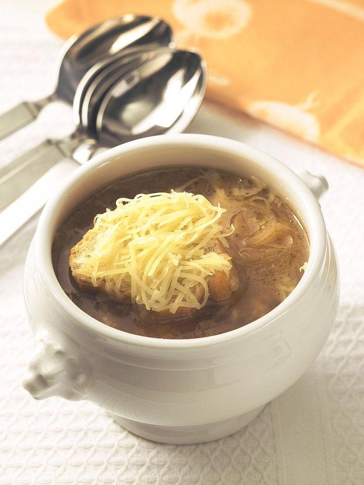 Eine kräftige Zwiebelsuppe ist für Spitzenköchin Lea Linster eine Köstlichkeit. Das Geheimnis ihrer Zwiebelsuppe: ein scharfes Messer, krosses Brot und ...