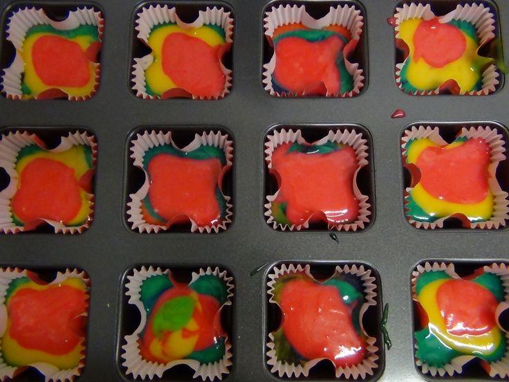 Vierkante regenboog cupcakes  #tinkies voor creatieve workshops en kinderfeestjes