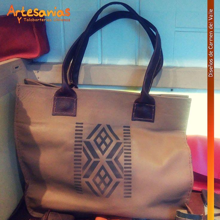 Hermoso bolso de cuero 100% a mano. Diseño de Carmen del Valle.  Conoce más de nuestros bolsos y carteras en nuestra tienda!  #ArtesaniasyTalabarterias #bolsosChile