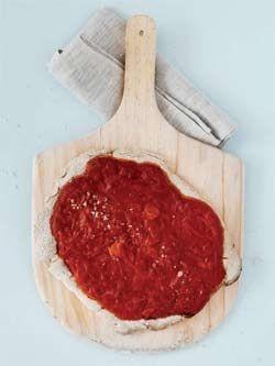 Glutenfri pizza med tomatsovs opskrift