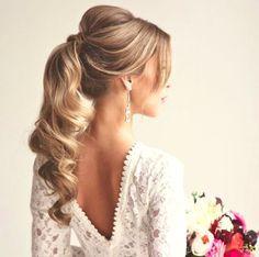 O rabo de cavalo é uma maneira da noiva estar com o cabelo preso e elegante sem ficar formal. Ele pode ser alto, baixo ou na lateral, com acessórios ou não. Os