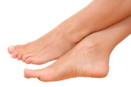 Comment lutter contre la transpiration des pieds ? La mauvaise odeur des pieds est très désagréable... Pour sentir bon des pieds, découvrez ce soin naturel. Le bain de pieds au thé permet de réduire efficacement les mauvaises odeurs. En effet, le tanin présent dans le thé permet de réguler la transpiration des pieds. Vous pouvez enfin respirer !